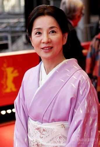 《母亲》首映 吉永小百合紫色和服优雅亮相[图]