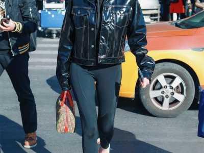 却靠一条紧身裤穿出了大长腿 黑色紧身裤背后顶