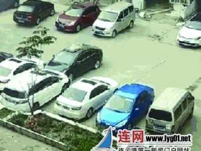 连云港一司机倒车花式闯祸 房向前