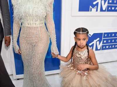 麦当娜抬眼往外面一看女儿 看到这些明星父女的瞬间是这样吗我信了
